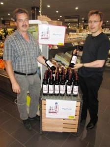 EDEKA-Markt Betreiber Jörg Reinhardt präsentiert den Orgelwein