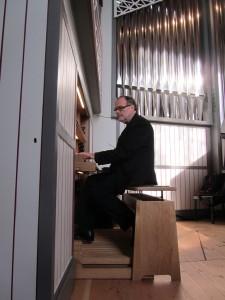 IMG_7012-KMD-Petersen-führt-die-Orgel-vor