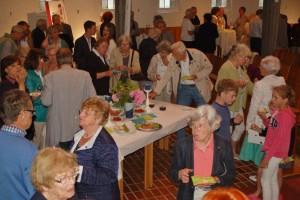 Geselliger Umtrunk und Imbiss in der Auferstehungskirche beim Treffen von Orgelpaten und Orgelinteressierten
