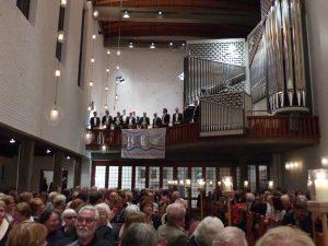 maennerchor-sang-mit-orgel-von-empore