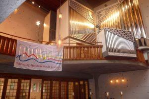 orgel-strahlt-in-vollem-glanz-durch-spiel-und-beleuchtung